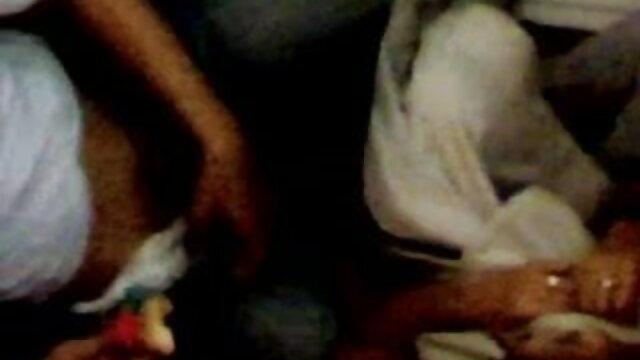 धूम्रपान परिपक्व उसके पैर दिखाते हैं सेक्सी मूवी वीडियो में