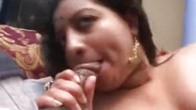चश्मे में भव्य गोरा काम में एक सेक्सी मूवी जाने वाली डिल्डो के साथ खेलता है