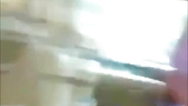 रूसी मूवी सेक्सी फिल्म श्यामला पेंटीहोज में अपने पैर दिखा रहा है